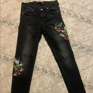 Zara mid rise black embroidered jeans size 4